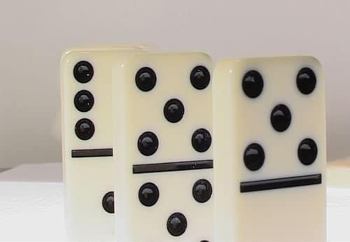 Una ficha de dominó