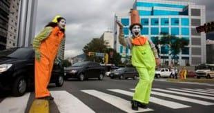 Mimos dirigiendo el tráfico en Caracas
