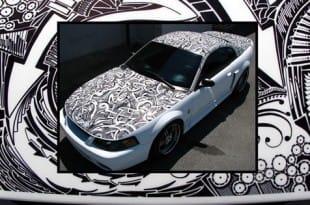 El coche decorado con un rotulador