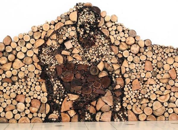 Un hombre entre los troncos