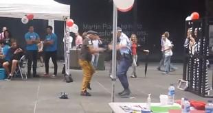 Espectacular baile entre un madurito y una policía