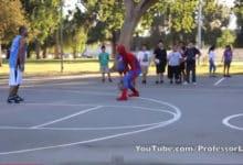 Spider--man jugando al baloncesto