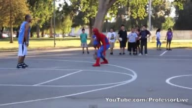 Photo of Spider–man jugando al baloncesto