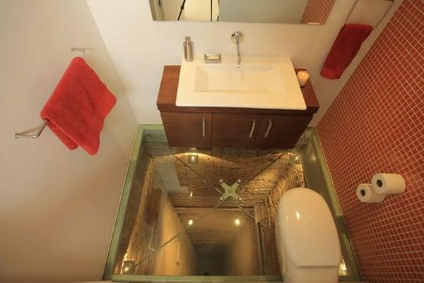 Un cuarto de baño sobre el hueco del ascensor