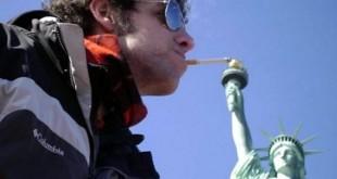 Encendiendo un cigarro en la Estatua de la Libertad