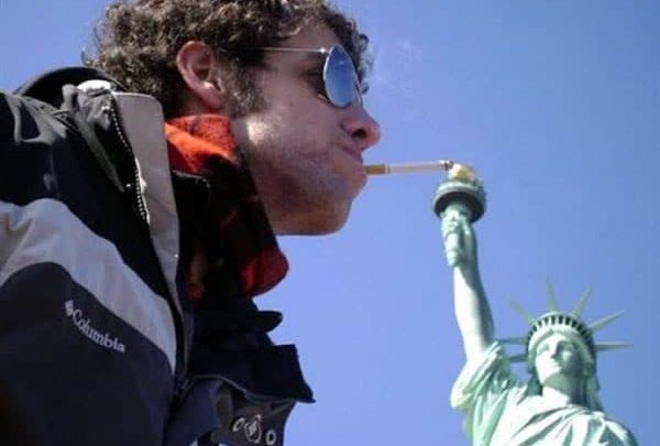 Photo of Encendiendo un cigarro en la Estatua de la Libertad