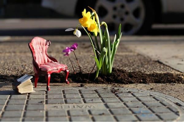 El hombre que utiliza los baches para hacer pequeños jardines