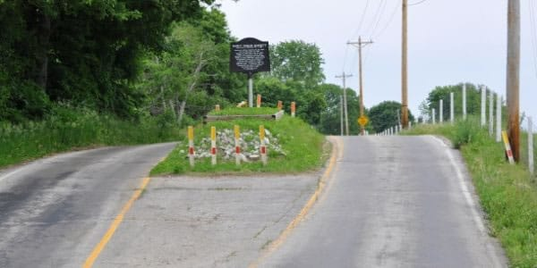 Una tumba en el medio de la carretera