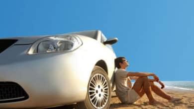 Reserva online de un coche de alquiler en teléfonos y tablets