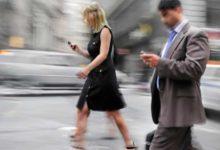Semáforos para los que caminan subyugados por el móvil