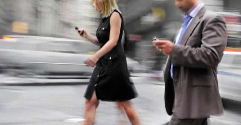 Photo of Semáforos para los que caminan subyugados por el móvil