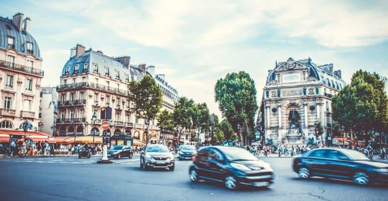 Francia prohibe utilizar el móvil en el coche aunque esté parado el vehículo