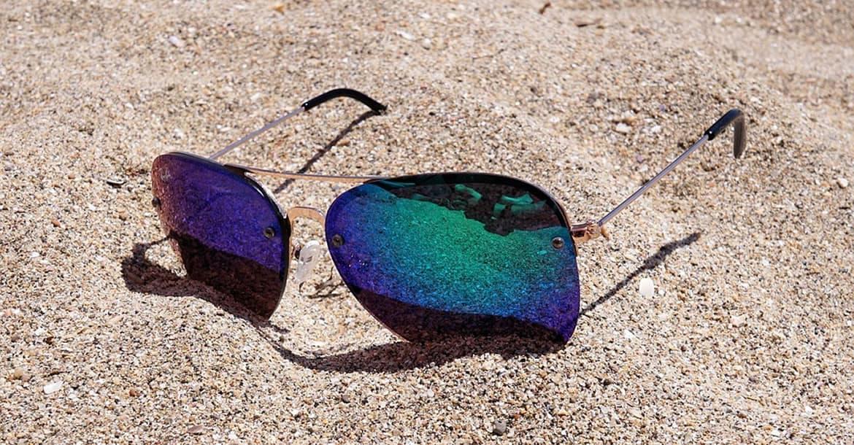 ¿Por qué se venden gafas de sol en los mercadillos?