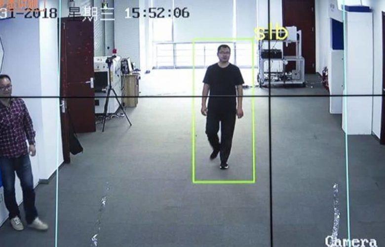 Un sistema en China reconoce a las personas en función de como caminan