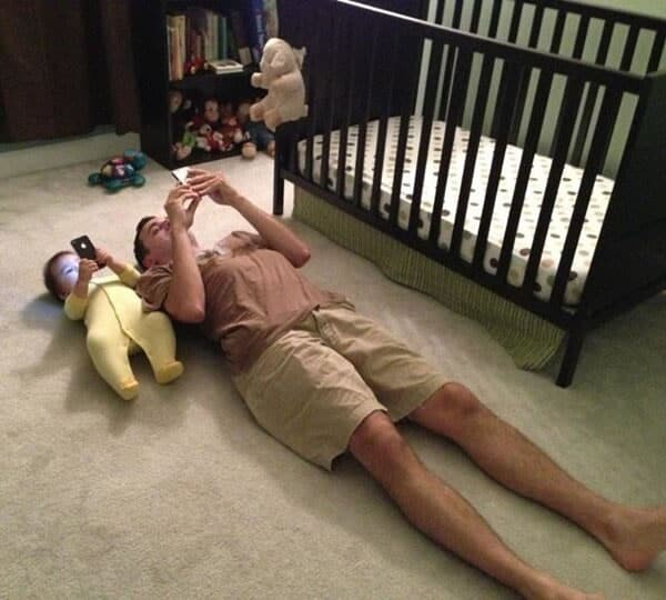 Un bebé con móvil
