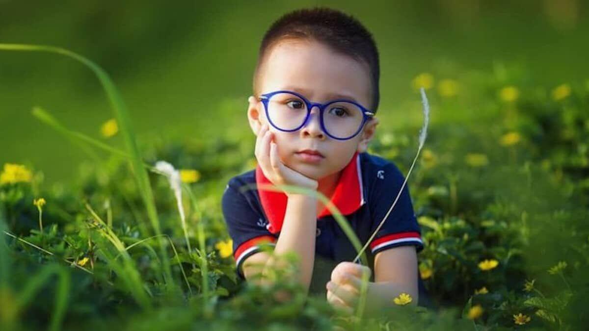 Pérdida de visión en niños y jóvenes provocada por el uso de móviles