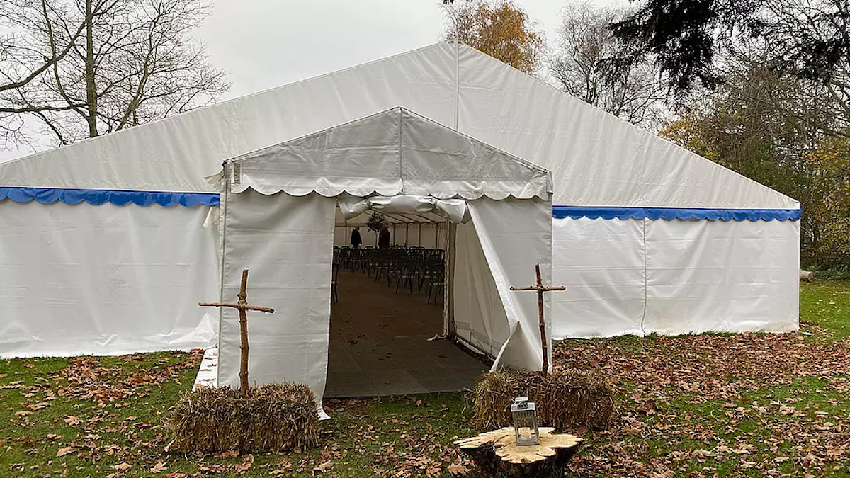 En una iglesia en Dinamarca se ha habilitado una carpa para la Navidad