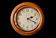 ¿Cómo poner el reloj en hora?